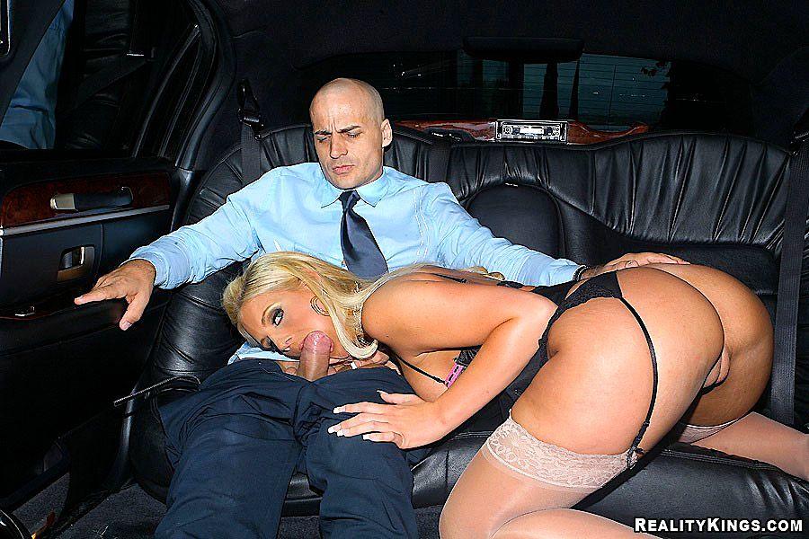 секс в чулках в машине фото